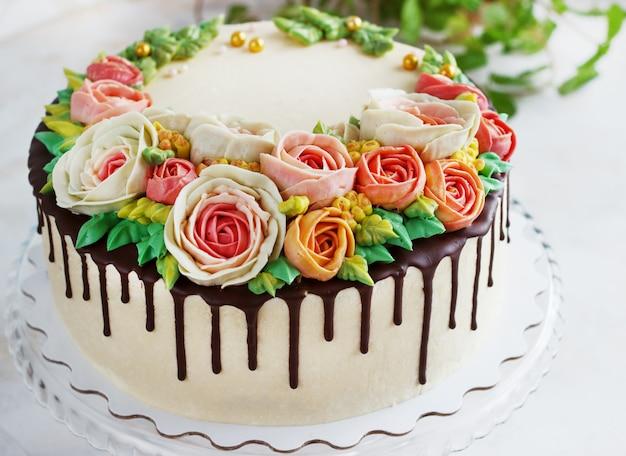 꽃과 생일 케이크 흰색 표면에 상승