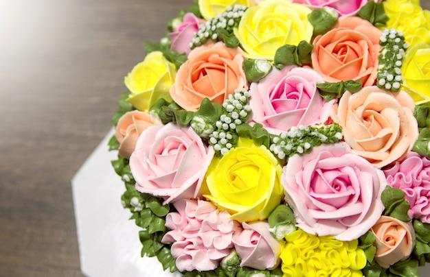 Праздничный торт с цветами