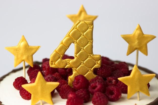금색 별과 4번, 라즈베리가 있는 생일 케이크