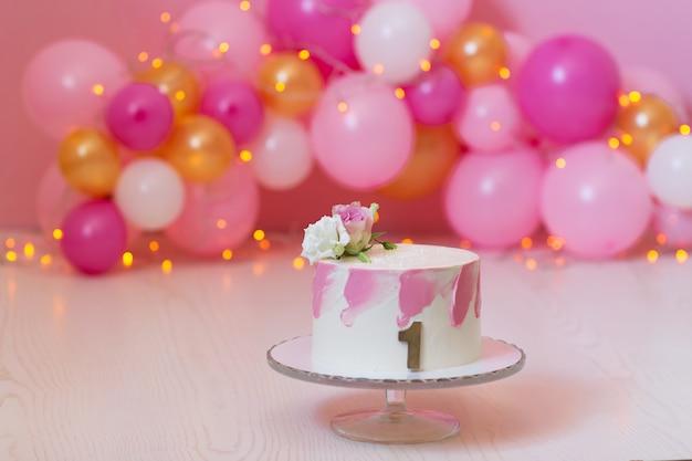 ピンクの風船で誕生日ケーキ