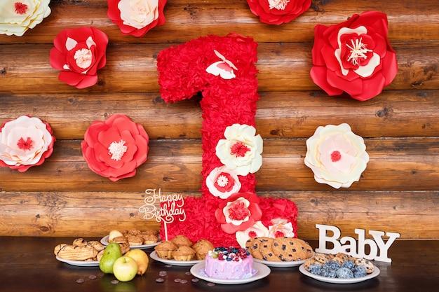 День рождения торты и кексы с деревянными приветствие знаки на деревенском стене. деревянные поют с буквами happy birthday, baby и праздничные сладости.