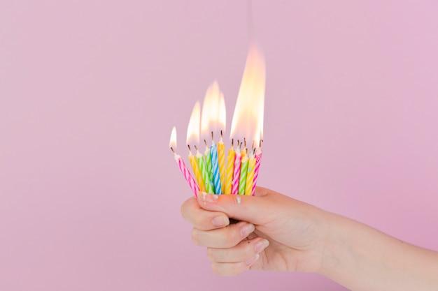 Candele di compleanno e copyspace in cima