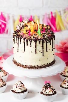 생일 캔디 바 초콜릿 컵케이크 치즈 크림과 다양한 장식이 있는 케이크