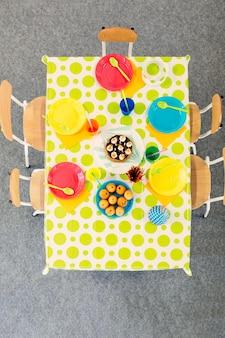 上から誕生日の色のついたテーブル