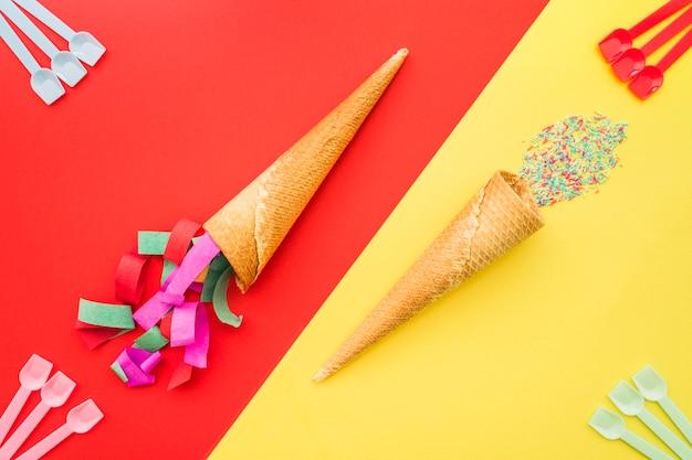 装飾的なアイスクリームコーンとプラスチックスプーンで誕生日の構成