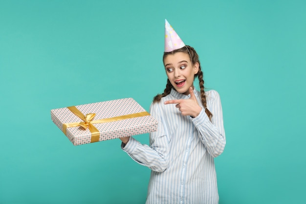 Концепция дня рождения с красивой девушкой на синем фоне