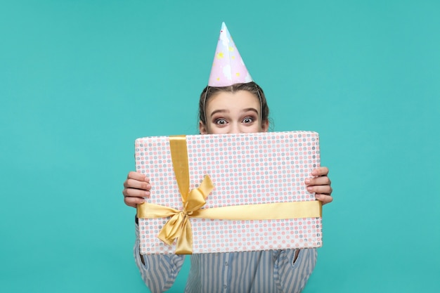 파란색 배경에 아름 다운 소녀와 생일 개념