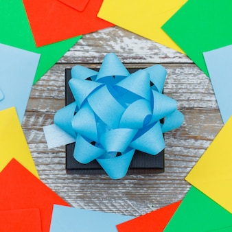 День рождения концепция с подарочной коробке, конверты на деревянных фоне плоской планировки.