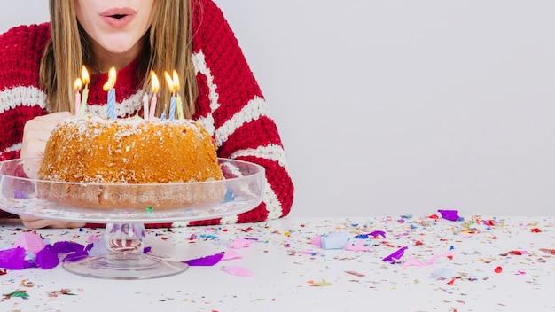 День рождения с девушкой, выдувающей свечи