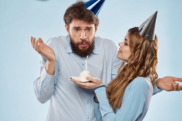 孤立したディスコパーティーでケーキと誕生日の企業の若い男と女