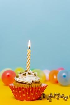 キャンドルのクローズアップと誕生日ケーキ
