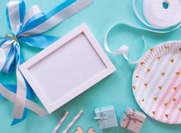 フォトフレーム、小さな贈り物、弓、装飾プレートで誕生日の装飾