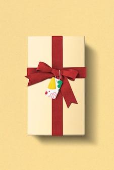 赤いリボンと粘土模様のタグが付いた誕生日プレゼントボックス