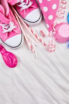 Фон девушки дня рождения с предметами розового фестиваля, шляпы партии и растяжки, поздравительная открытка дня рождения или партии.