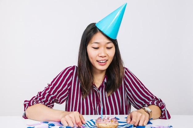 Compleanno ragazza con ciambella
