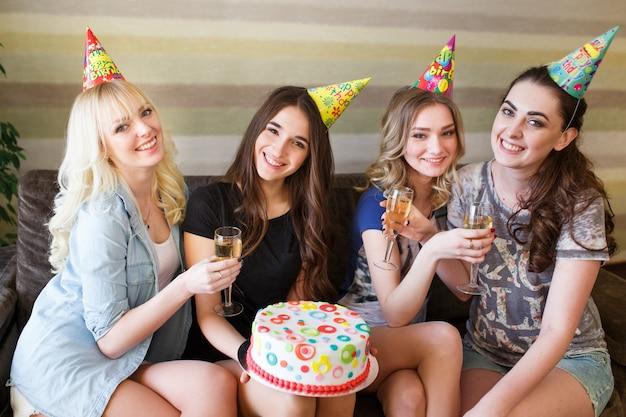 생일. 생일 케이크와 함께 포즈를 취하는 여자.