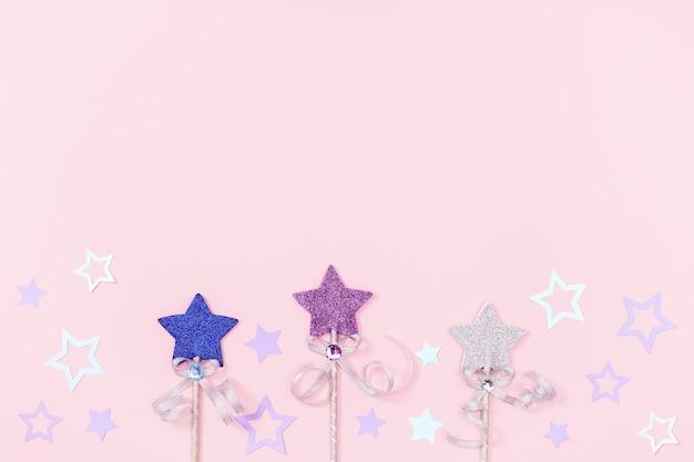子供の女の子のための誕生日グリーティングカード、パーティーの招待状の星とピンク