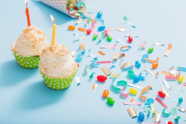 紙吹雪とカップケーキの誕生日帽子