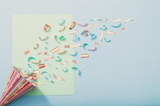 종이 바탕에 색종이와 생일 모자