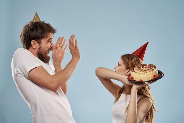 誕生日の男女とケーキ