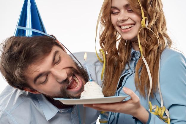 誕生日の男と女とカップケーキとパーティーハットのキャンドル