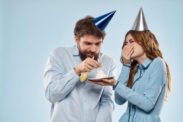 誕生日の男女とカップケーキとキャンドル