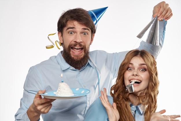カップケーキとキャンドルで誕生日の男性と女性