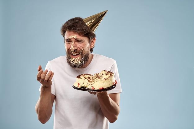 Именинник с тортом в шляпе партии изолированные