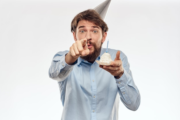 カップケーキとパーティーハット、シングル、ホワイトスペースのキャンドルで誕生日男