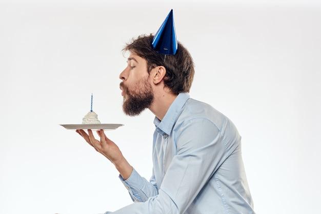 カップケーキとパーティーハットのキャンドルで誕生日男、シングル