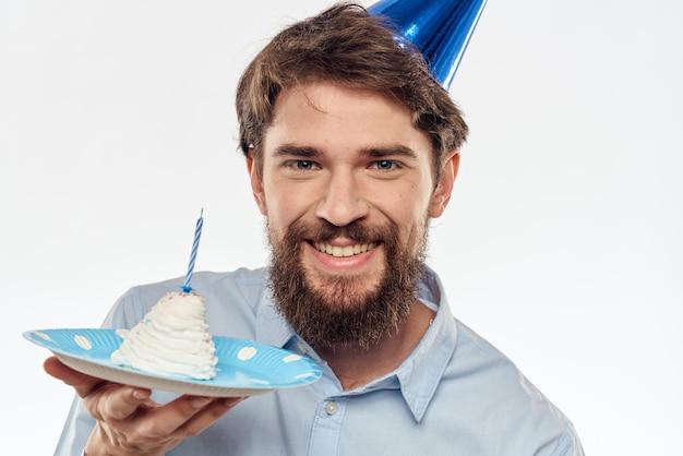 カップケーキとパーティーハットのキャンドルで誕生日男