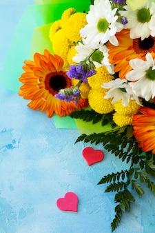 誕生日またはバレンタインバレンタインデーフラットは、背景とハートを置きました。デザインやメッセージ用のスペースをコピーします。