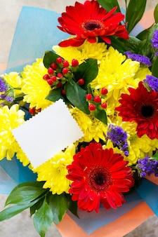 誕生日またはバレンタインバレンタインデーフラットレイ背景。デザインやメッセージ用のスペースをコピーします。