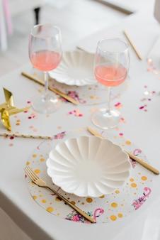 メガネのカクテルと白い色で誕生日や結婚式のテーブルの設定。ベビーシャワーまたは女の子のパーティー。セレクティブフォーカス