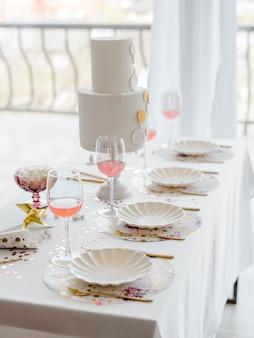 Сервировка стола в день рождения или свадьба в белых тонах с коктейлями в очках. детский душ или девичник. выборочный фокус