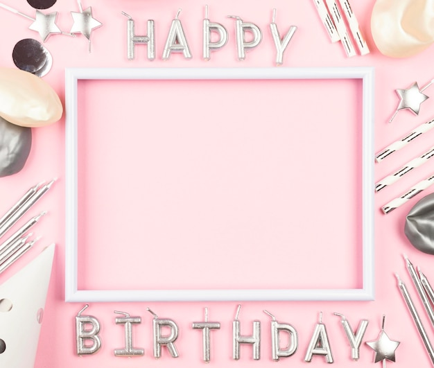 ピンクの背景に誕生日の飾り