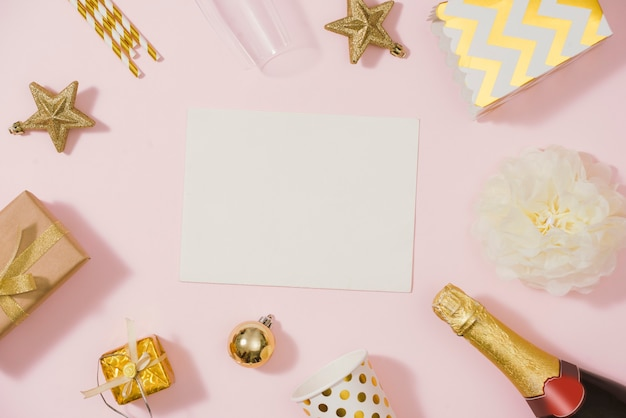 Фон вечеринки по случаю дня рождения в золотом цвете. плоская планировка, вид сверху