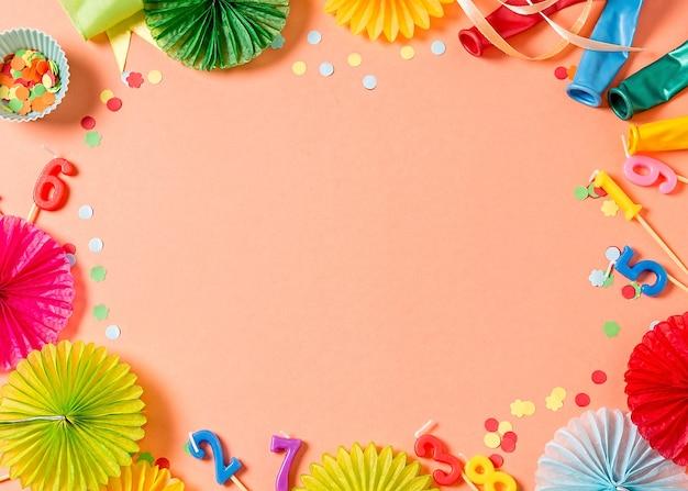 珊瑚色の誕生日パーティーの背景。