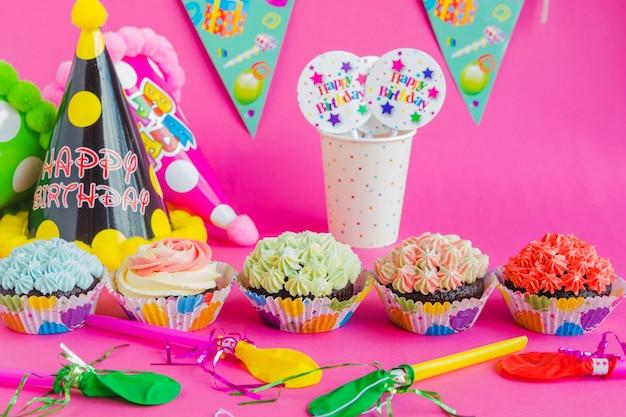 Decorazione di festa di compleanno sul rosa