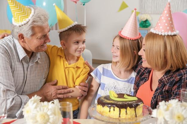 생일 파티. 제공된 테이블에 앉아 가족