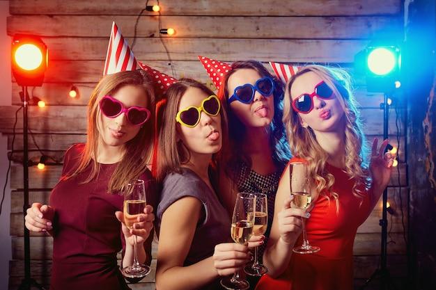 Подруги вечеринки по случаю дня рождения