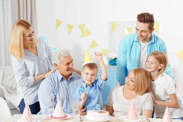 큰 행복한 가족의 생일 파티