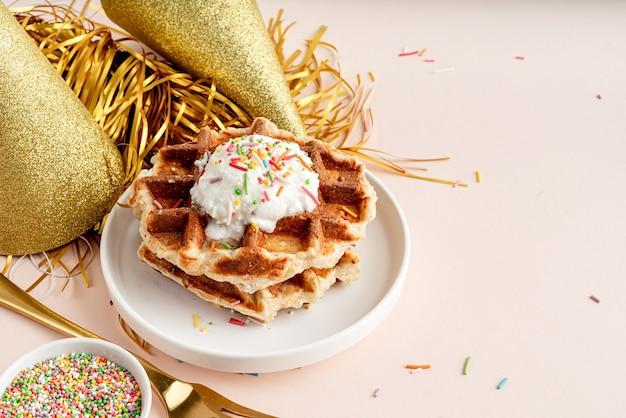 ヨーグルトとカラフルなスプリンクルで飾られた誕生日パーティーワッフル