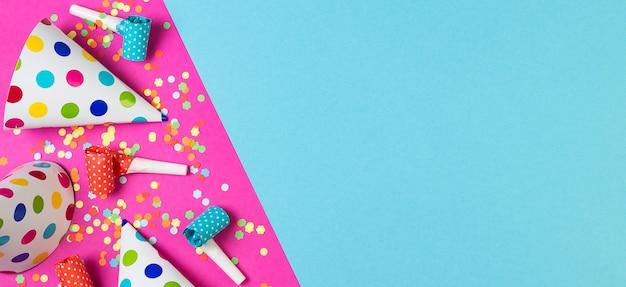 파란색과 분홍색 색상에 생일 파티 벽. 여러 가지 빛깔의 파티 액세서리