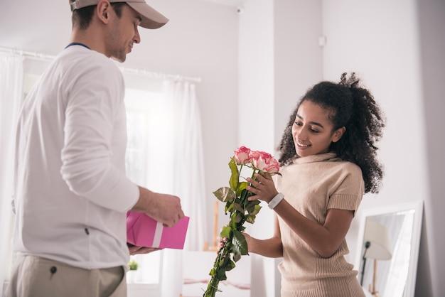 생일 선물. 생일을하면서 꽃을받는 행복하고 즐거운 여자