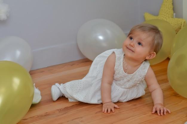 День рождения малышки с белыми и желтыми воздушными шарами