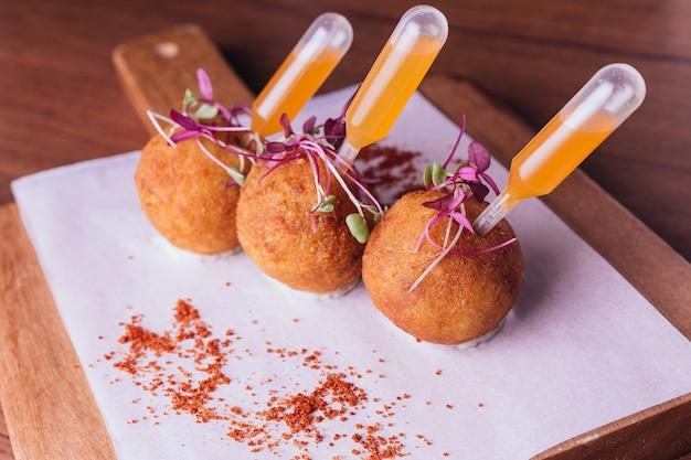 チキンbiryani aranciniは、甘くてスパイシーなディップとおにぎりでお召し上がりいただけます。