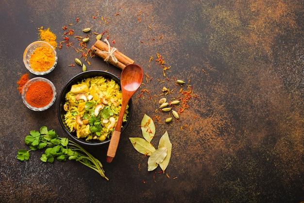 Biryani 쌀, 전통 인도 요리. biryani 매운 쌀, 닭고기, 견과류.