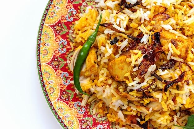 Индийская курица халяль biryani подается с йогуртом томатным раитой