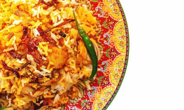 Индийская курица biryani подается с йогуртом помидор раита на белом фоне. выборочный фокус.